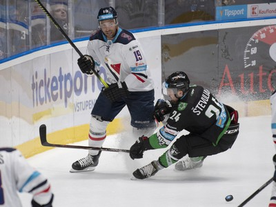 Na snímke uprostred vľavo Michel Miklík (Slovan) a vpravo Patrik Števuliak (Nové Zámky)