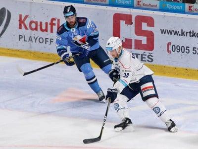 Martin Štajnoch zo Slovana (vľavo) a Kale Kerbashian z Nitry