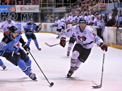 Zľava v popredí: Brett Carson z HC Slovan Bratislava a Jordan Hickmott z HC '05 iClinic Banská Bystrica