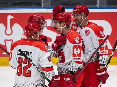Na snímke hokejisti Třinca sa tešia z gólu počas zápasu F-skupiny Ligy majstrov