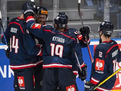 Na snímke hokejisti Slovana sa tešia z gólu počas zápasu F-skupiny Ligy majstrov