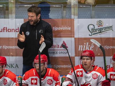 Na snímke hore tréner Třinca Václav Varaďa počas zápasu F-skupiny Ligy majstrov
