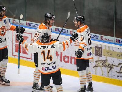 Hokejisti Michaloviec oslavujú gól