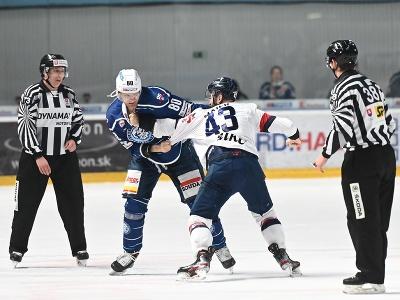 Zľava asistent rozhodcu Róbert Mullner, v bitke hráč Nitry Tomáš Hrnka s hráčom Slovana Patrikom Maierom