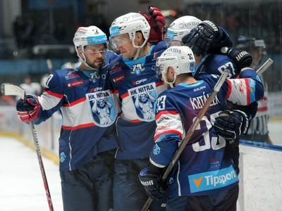 Hráči HK Nitra oslavujú