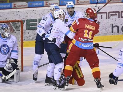 Tibor Varga bráni spoluhráča