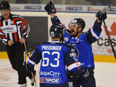 Michael Vandas a jeho spoluhráč Miroslav Preisinger (obaja HK Poprad) oslavujú tretí gól