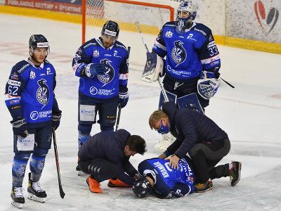 Hráči HK Poprad, hore zľava James Livinngston, Macel Haščák, brankár Tomáš Vošvrda, dole leží Dominik Kramár