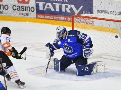 Vľavo Antti Erkinjuntti (HK Dukla Ingema Michalovce) strieľa gól