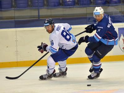 Zľava: Ľubor Pokovič z HK Poprad a Judd Blackwater z HK Nitra
