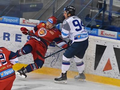 Na snímke hráč Popradu Kevin Miller (vľavo) a Marko Pöyhönen