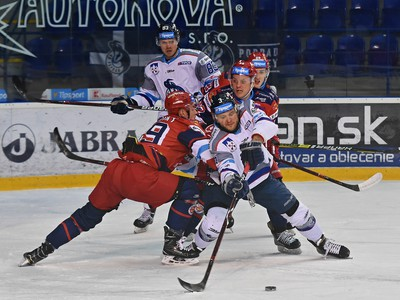 Na snímke hráč Popradu Radoslav Macík (vpredu) a hráči Zvolena Samuel Petráš (úplne vpravo), Peter Hraško (vpravo) a Peter Šišovský (vľavo)