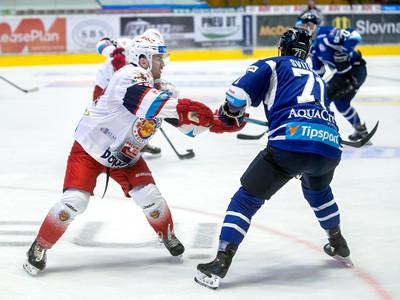 Na snímke zľava Ryan Lowney (Zvolen) a Patrik Svitana (Poprad) počas zápasu 2. kola hokejovej Tipsport ligy HKM Zvolen - HK Poprad