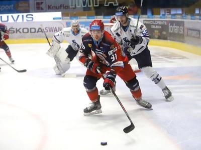 Na snímke zľava Allan McPherson (Zvolen) a Petr Ulrych (Poprad) počas zápasu 28. kola hokejovej Tipsport Ligy HKM Zvolen - HK Poprad