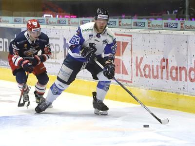 Na snímke zľava Jakub Kolenič (Zvolen) a Mike Dalhuisen (Poprad)