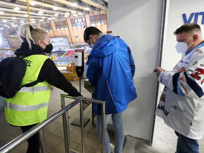 Kontrola negatívnych testov pred vchodom na zvolenský zimný štadión pred prvým zápasom finále Kaufland play off Tipos extraligy