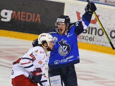 Vpravo Janne Tavi (HK Poprad) oslavuje vyrovnávajúci gól
