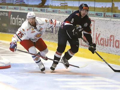 Na snímke zľava Peter Zuzin (Zvolen) a Patrik Bačík (Bratislava) počas 17. kola Tipos extraligy HKM Zvolen – HC Slovan Bratislava