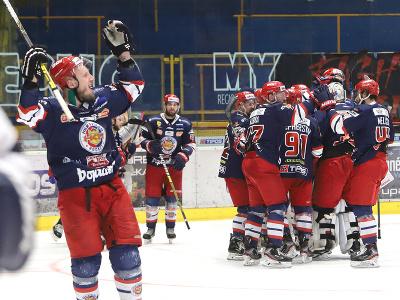 Hokejisti Zvolena oslavujú po postupe do finále cez Slovan