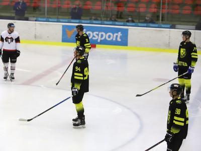 Úvodné protestné búchanie hokejkami