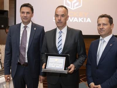Na snímke uprostred Igor Nemeček s ocenením Zlatý odznak Slovenského zväzu ľadového hokeja (SZĽH), vpravo dosluhujúci prezident Slovenského zväzu ľadového hokeja  Martin Kohút, vľavo generálny sekretár SZĽH Miroslav Valíček