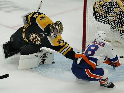 Zápas medzi Bostonom Bruins a New York Islanders, v ktorom chytal aj Jaroslav Halák