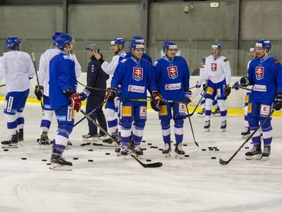 Slovenskí hokejisti počas tréningu