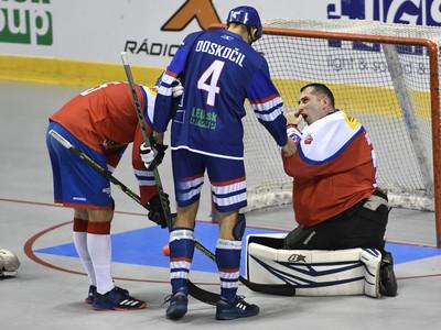 Na snímke uprostred Peter Doskočil (Slovensko) vpravo brankár Jan Šimara (Česko)