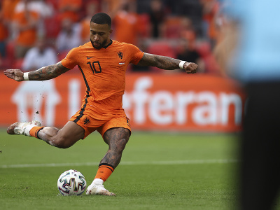 Holandský futbalista Memphis Depay strieľa gól z penalty počas zápasu v základnej C-skupiny Holandsko - Rakúsko na ME vo futbale 17. júna 2021 v Amsterdame.