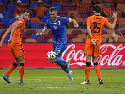 Andriy Yarmolenko prebieha s loptou pomedzi holandských hráčov