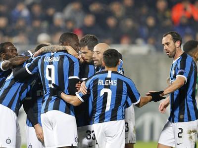 Na snímke hráči Interu Miláno oslavujú gól