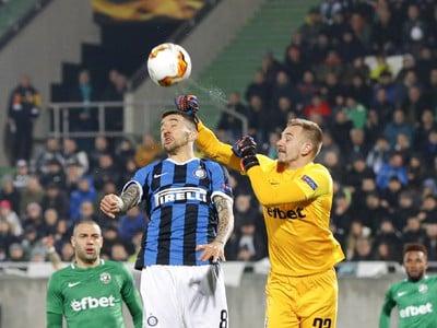 Na snímke je vľavo hráč Interu Miláno Matias Vecino, vpravo brankár Ludogorecu Plamen Iliev