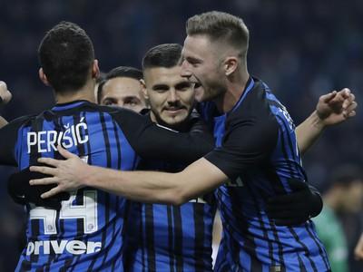 Hráči Interu oslavujú gól,