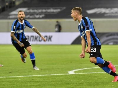 Na snímke vpravo hráč Interu Nicolo Barella oslavuje gól