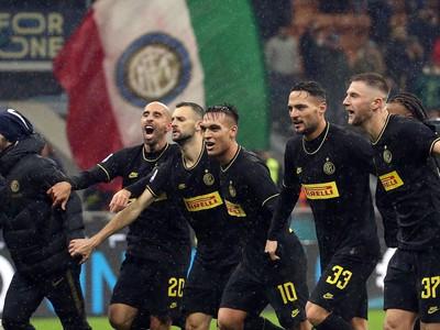 Radujúci sa hráči Interu