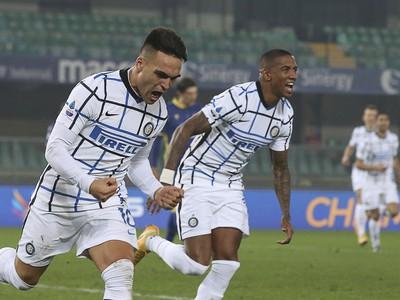 Radosť hráčov Interu Miláno po strelenom góle v sieti Verony