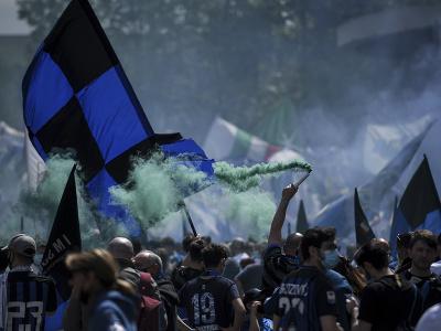 Fanúšikovia Interu Miláno oslavujú