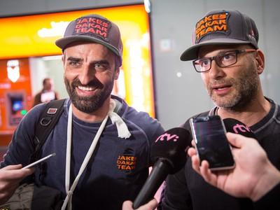 Slovenský motocyklový pretekár Ivan Jakeš a člen jeho tímu Dick Bob Kvetňanský po prílete na Letisko Viedeň-Schwechat z Rely Dakar.