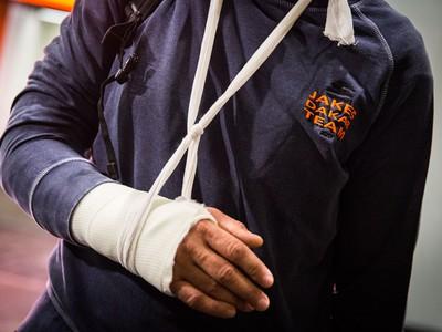 Pohľad na zlomenú ruku slovenského motocyklového pretekára Ivana Jakeša