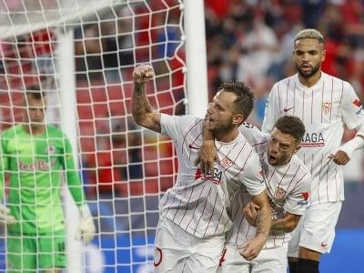 Hráč Sevilly Ivan Rakitič (vľavo) osalvuje so spoluhráčmi úvodný gól
