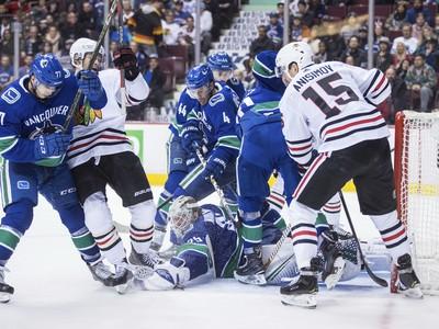 Súboj v bránkovisku počas zápasu NHL Vancouver Cannucks - Chicago Blackhawks.