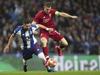 Hector Herrera (vľavo) z Porta a James Milner z Liverpoolu počas druhého zápasu štvrťfinále Ligy majstrov FC Porto - FC Liverpool