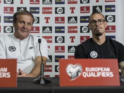 Na snímke vľavo tréner