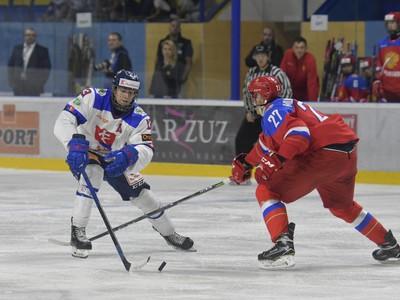 Na snímke vľavo hráč Slovenska Ján Lašák a vpravo hráč Ruska Shakir Mukhamadullin