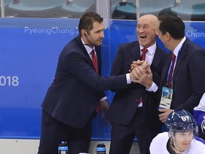 Zľava tréner brankárov Ján Lašák, tréner Craig Ramsay a lekár Ján Grauzel na slovenskej striedačke po víťazstve nad ruskými hokejistami
