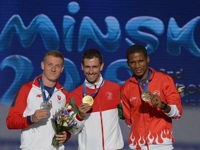 Ján Volko pózuje so striebornou medailou za beh na 100 metrov na II. Európskych hrách v Minsku