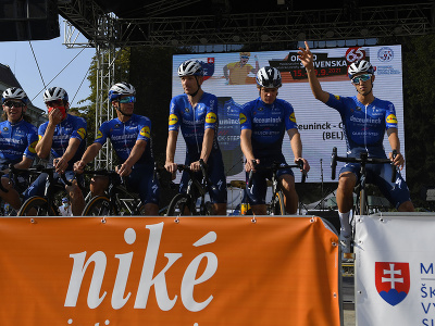 Na snímke z predstavovania jednotlivých tímov a pretekárov, vpravo minuloročný víťaz Jannik Steimle z tímu Deceunix – Quick_Step