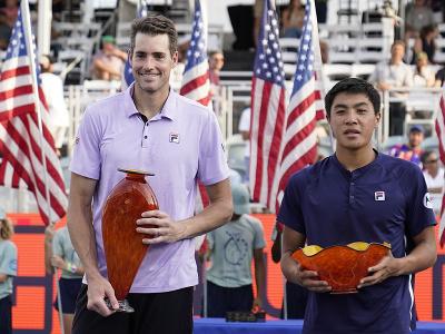 Americkí tenisti John Isner a Brandon Nakashima