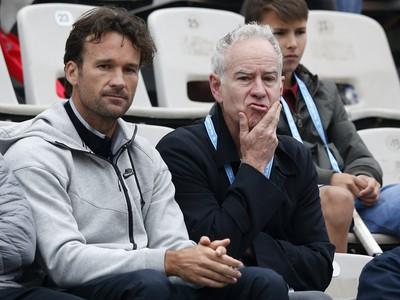 Carlos Moya (vľavo) v debate s Johnom McEnroeom