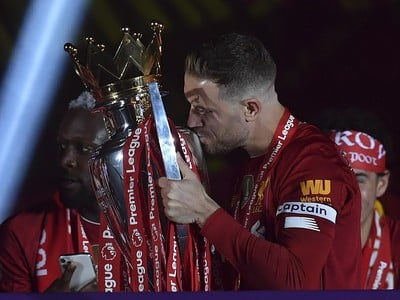Jordan Henderson s trofejou